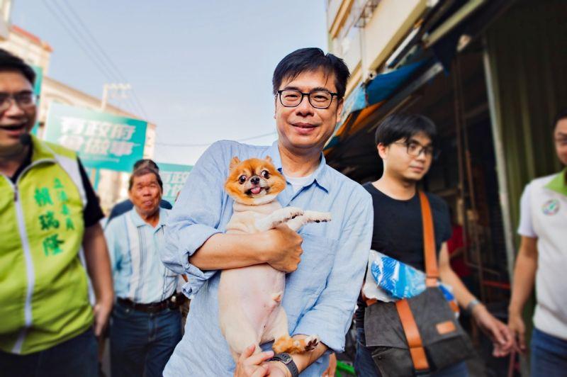 國民黨22日表示,民進黨高雄市長候選人陳其邁的論文,也應受李眉蓁同等的檢視。(圖/翻攝陳其邁臉書)