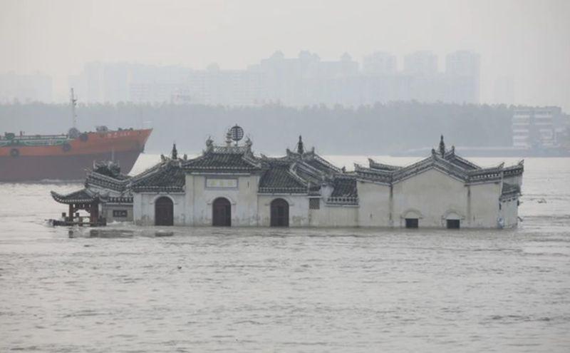 ▲位於湖北鄂州段 790 年歷史的觀音閣,多年來被視為觀測長江水位的重要指標。(圖/翻攝網易)