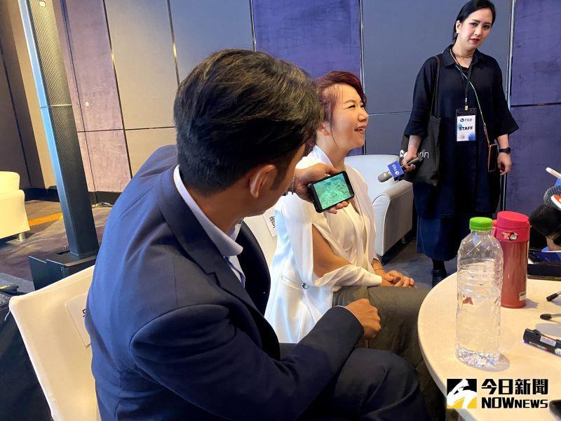 ▲李李仁(左)用手機秀出在海底拍到的大海蛇,陶晶瑩面露驚恐表情。(圖/記者臺孝婷攝)