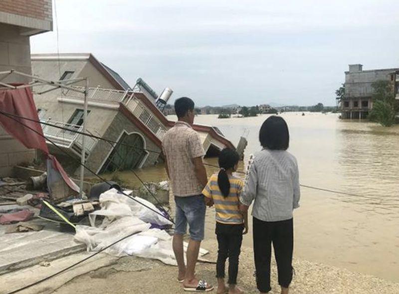 ▲鄱陽縣多處民宅遭洪水沖毀。(圖/翻攝澎湃新聞)