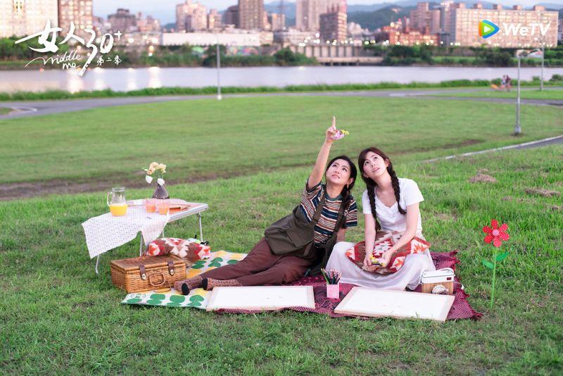 ▲任家萱(Selina)和妹妹任容萱(右)一起野餐。(圖/WeTV)