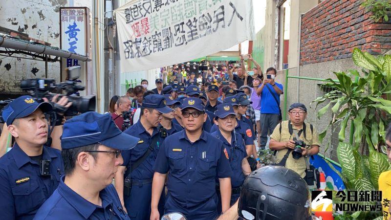 ▲警方集結準備進入陳家。(圖/記者陳聖璋攝,2020.07.23)