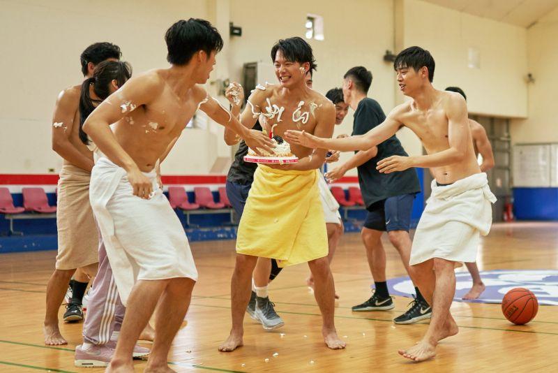 男星拍戲僅裹浴巾護鳥 「用膠帶貼重要部位」痛慘!