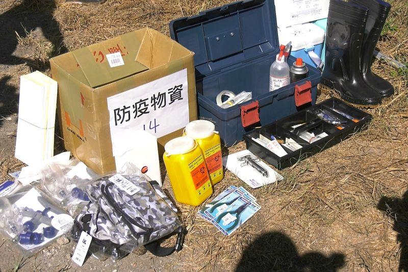 ▲除了疫苗外,注射針頭、針筒、防蠅板,還有防護衣,這些物資也都已經運抵達金門。(圖/
