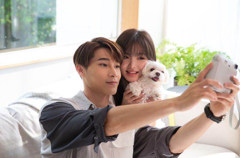 ▲宋偉恩(左)與王欣晨在MV中親密互動。(圖/歆動音樂提供)