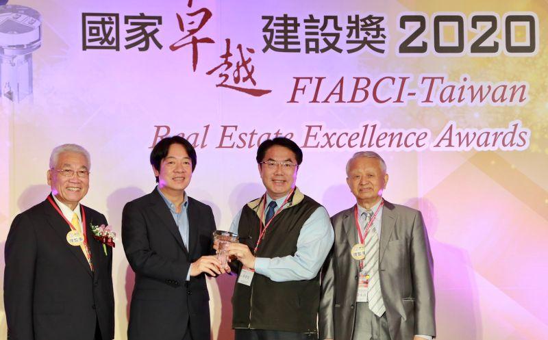 台南市長黃偉哲(右二)從副總統賴清德(左二),也是前台南市長手中接下獎項,別具傳承意義。