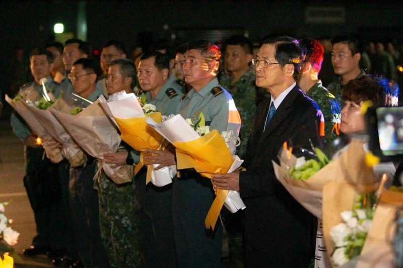 國防部長嚴德發率國軍重要幹部向2位陸航殉職飛行官獻花致意