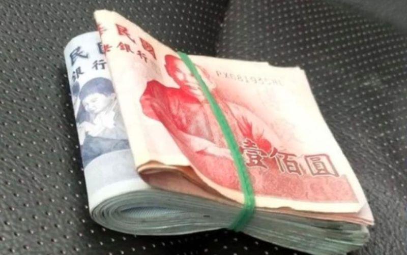 ▲網友分享自己用橡皮筋綑住錢的收納法。(圖/翻攝爆怨公社)