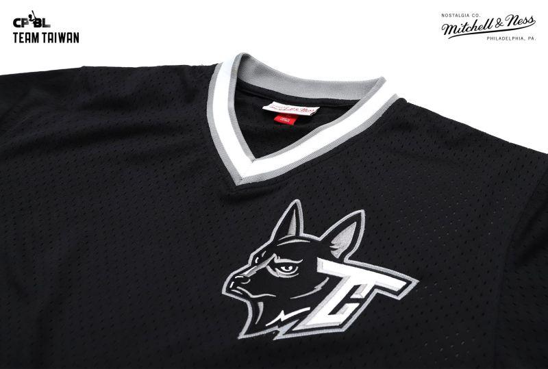 ▲中華職棒聯盟 CPBL 與美國球衣品牌 Mitchell & Ness 再次重磅合作,以 Team Taiwan「台灣犬」做主視覺,推出廣受好評的打擊練習衫(圖/異議國際提供)