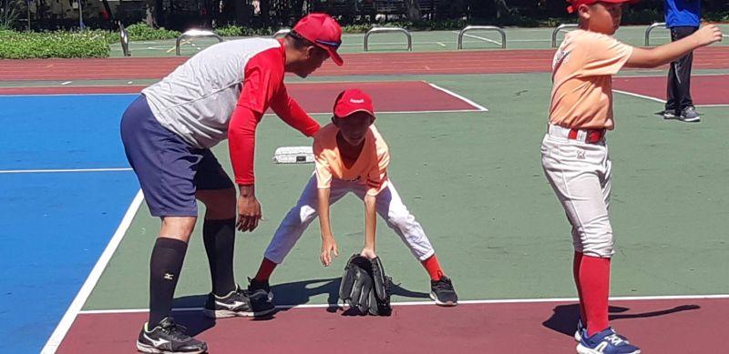 ▲新北市棒球隊每年於6月至8月暑假期間利用賽季空檔,深入校園為基層球隊進行技術輔導。(圖/新北市體育處提供)