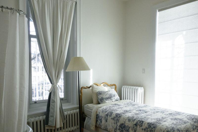 ▲小資女因衛生疑慮及心理因素,猶豫是否要使用前房客留下的舊床墊。(示意圖,圖中物品與文章中內容無關/取自 pixabay )