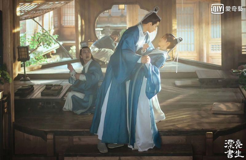 ▲宋威龍(左)對鞠婧禕公主抱。(圖