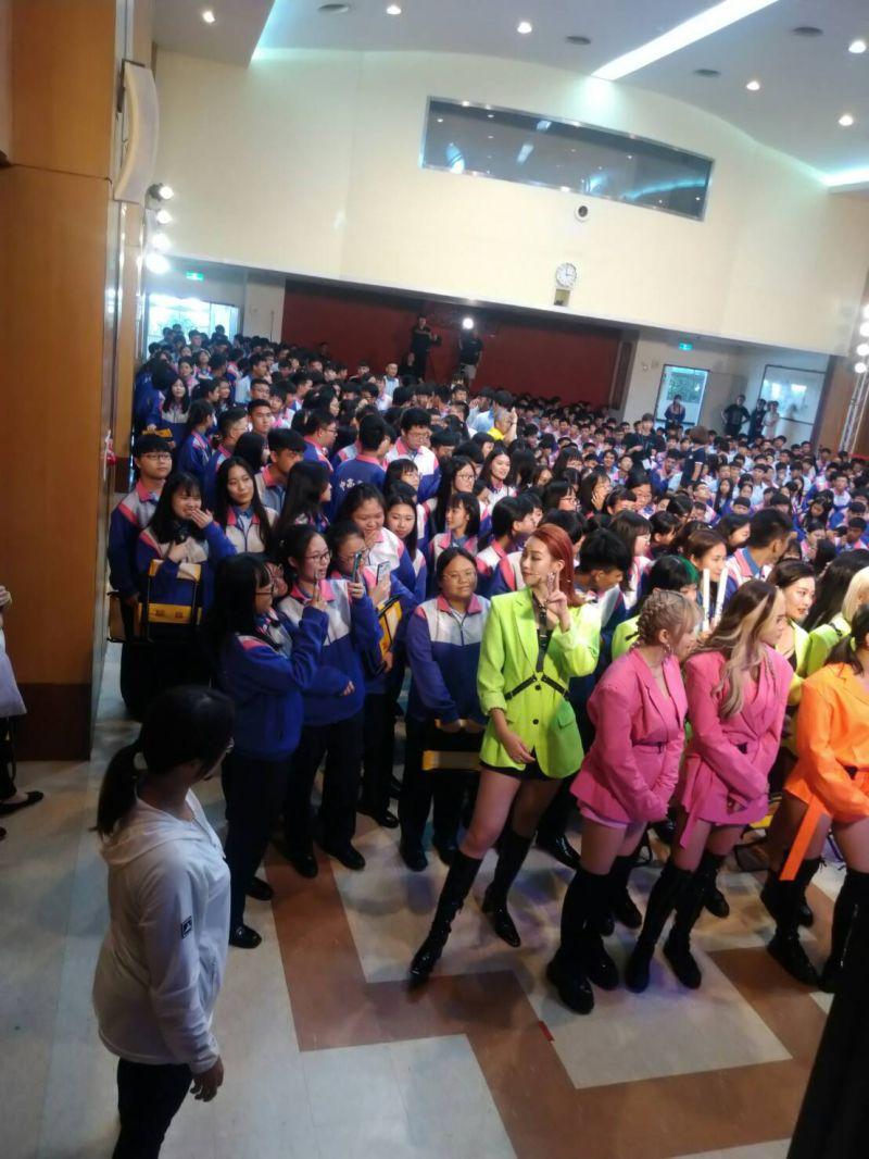 ▲「風暴黑桃」成員席子淇(紅髮者)被學生搶拍照。(圖/DD52提供)