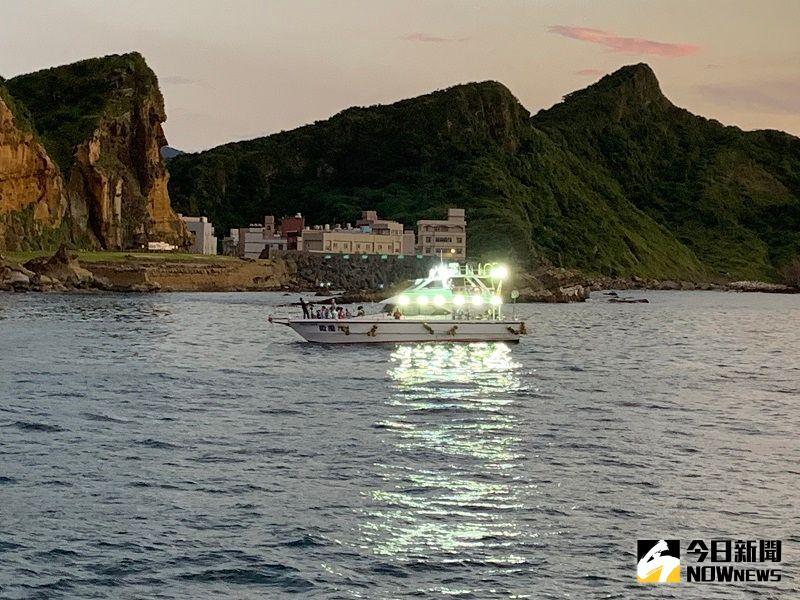 ▲遠方的海釣船晚上開燈之後,映在湖面上的銀色光芒,彷彿船的翅膀一般。(圖/記者康子仁攝)