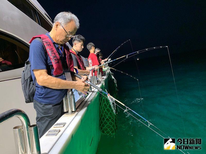 ▲釣客一竿在手樂趣無窮,到基隆體驗夜釣樂趣是近期最夯玩法。(圖/記者康子仁攝)