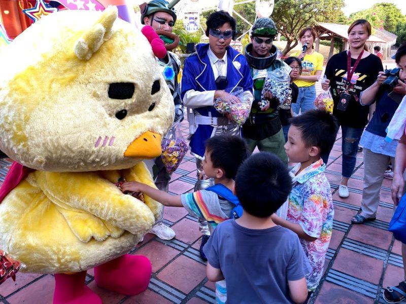 ▲「宜比鴨」與小朋友分享糖果。(圖/記者李清貴攝,2020.7.24)