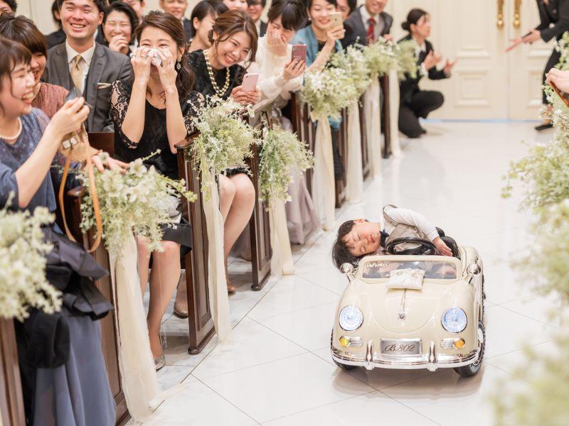 ▲做電動車入場的小花童完全睡死,讓大家笑翻。(圖/翻攝自@Masuda_H的推特)