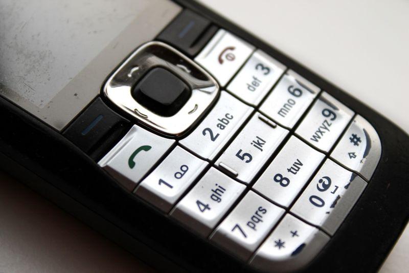想聽女兒聲音!阿伯不肯換手機 「藏洋蔥」真相逼哭眾人