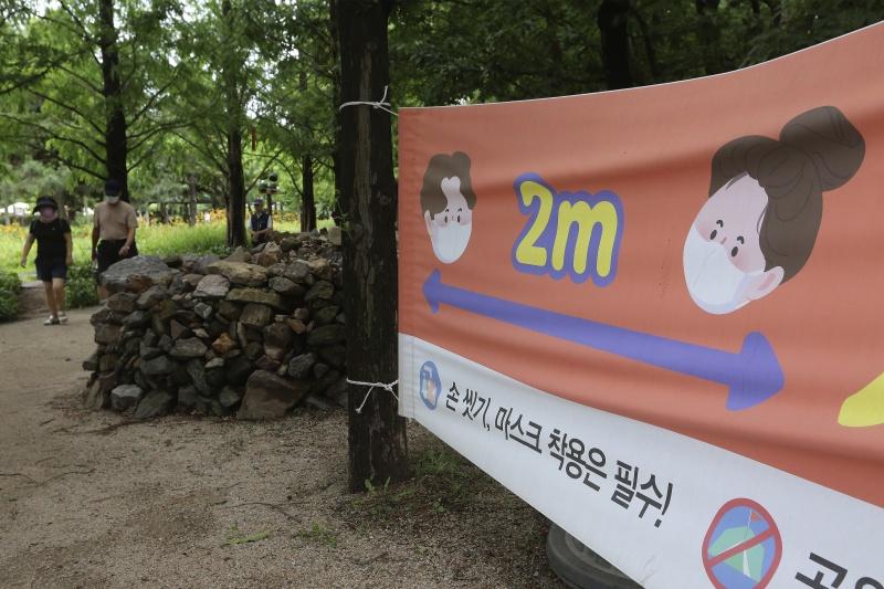 ▲近日南韓街頭的防疫標語。(圖/美聯社/達志影像)