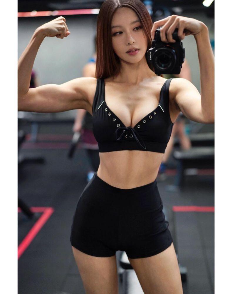 ▲腹部上結實的肌肉曲線,看起來相當迷人。(圖/李元玲IG)