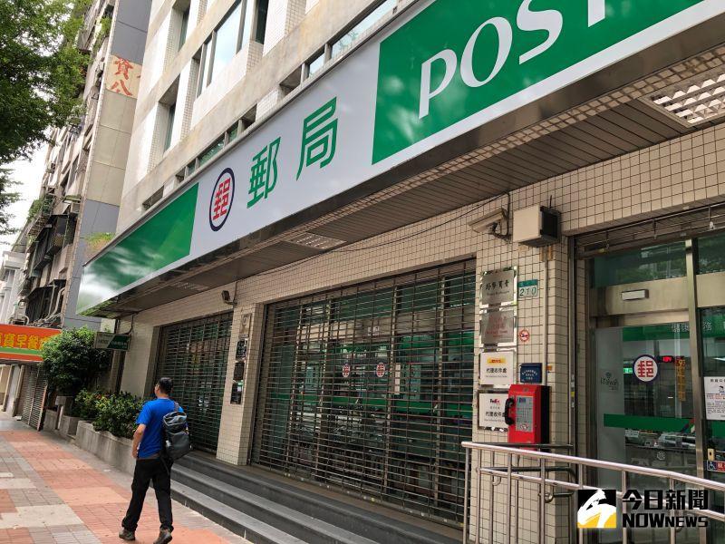 ▲民眾下午經過台北市某郵局,因為鐵門拉下,加上裡面沒有其他民眾,差點以為今天沒有營業。(圖/民眾提供)