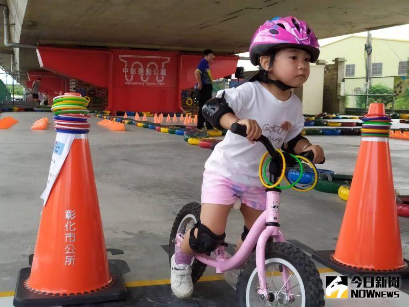 ▲小朋友在車道上賣力滑著滑步車。(圖/記者葉靜美攝,2020.07.25)