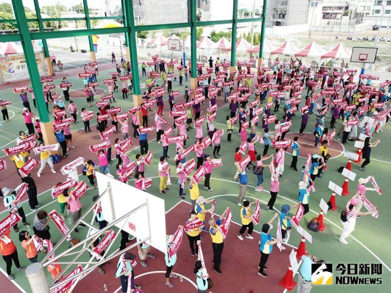 ▲田中鎮風雨球場興建工程啟用典禮,22里和社團組隊觀禮,並參加趣味競賽。(圖/記者陳雅芳攝,2020.07.25)