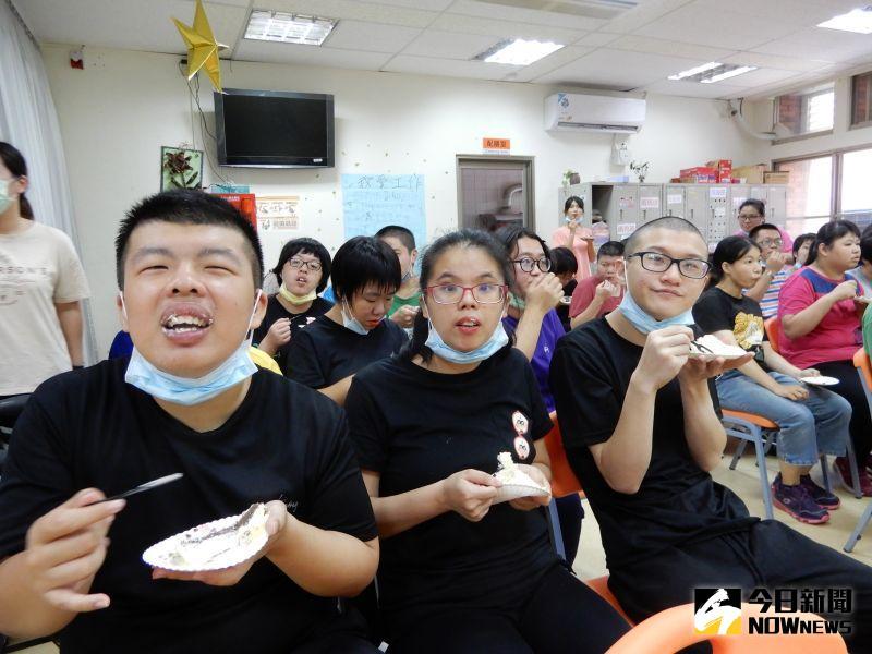▲麥仕佳食品公司為喜樂保育院內所有的孩子們慶生,享受美味的蛋糕。(圖/記者陳雅芳攝,2020.07.25)