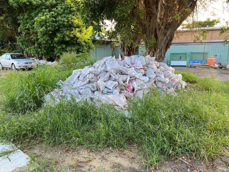 ▲建築廢棄物四處堆置,數量可觀。(圖/民眾提供)