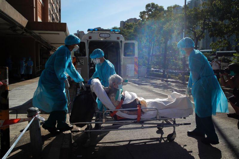▲香港近期確診病例急劇上升,醫療系統面臨崩潰。(圖/美聯社/達志影像)