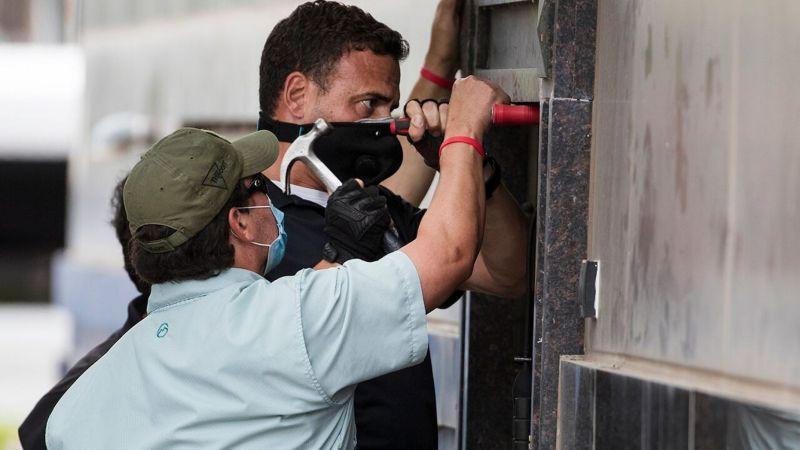 ▲美國執法人員撬開鐵門進入中國駐休士頓總領事館。(圖/美聯社/達志影像)