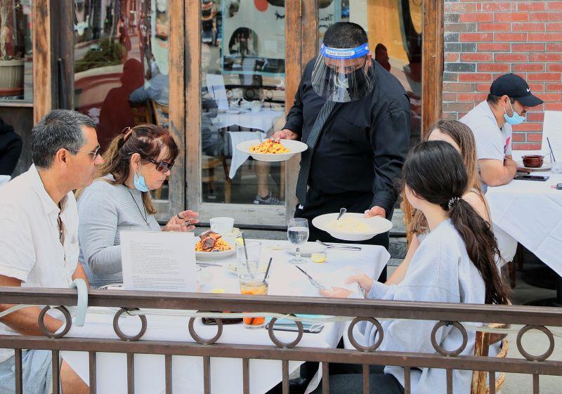 ▲各國餐飲業受到疫情影響,必須採取防疫措施。(圖/翻攝自 Newsweek )