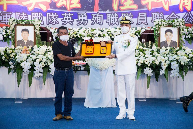 ▲▲海軍司令劉志斌也頒授一星陸戰獎章、追晉陳志榮為三等士官長,追晉蔡博宇為下士。(圖/海軍陸戰隊提供)