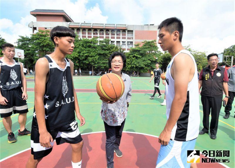 ▲彰化縣長王惠美為2020豪神降臨青少年暑期3對3籃球賽開球。(圖/記者陳雅芳攝,2020.07.26)
