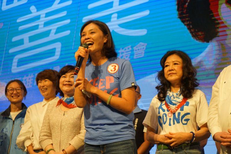 國民黨高雄市長候選人李眉蓁的婆婆(左三)現身挺自家媳婦。(圖/李眉蓁競選總部提供)