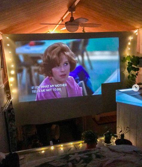 ▲Dolly喜歡在假日時約朋友來家裡看電影。(圖/授權自IG