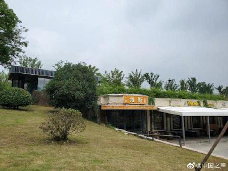 ▲秦淮河大堤壩體被挖空改建成餐廳。(圖/翻攝自微博)