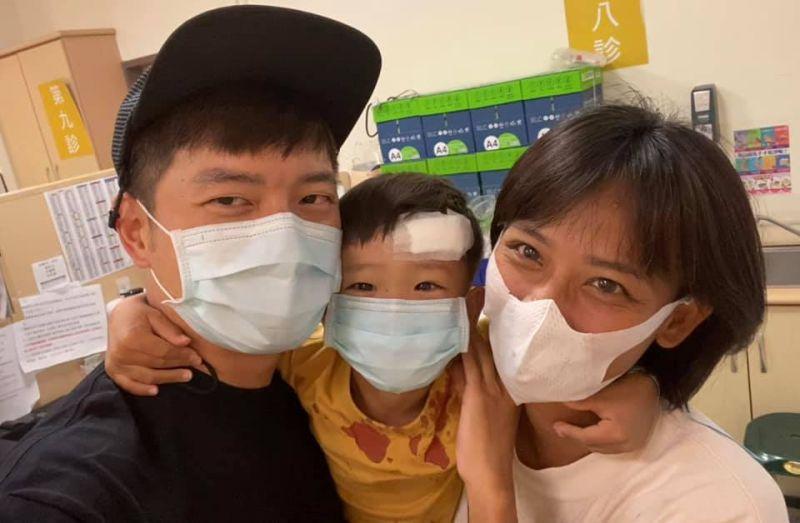 ▲宥勝(左一)、蕾媽(右一)在剴剴(中)手術過程學到很多。(圖/宥勝臉書)