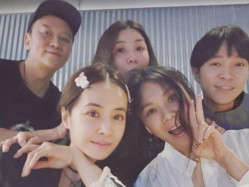 ▲青峰(右)和蔡依林(左2)、蔡健雅(右2)和許茹芸(中)3大女神同框聚會。(圖/青峰IG)
