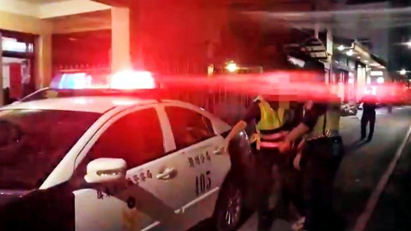 太囂張!酒後跳上警車引擎蓋 屏縣潮州警分局依法究辦
