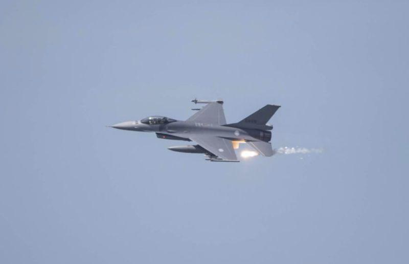 ▲F-16戰機施放熱焰但主要是模擬敵軍攻擊,若無適當的解說外界恐不明究理的又是一番苛責。(圖/軍聞社提供)