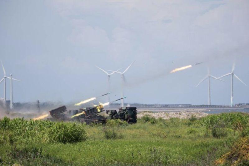▲多管火箭的射擊相當吸睛,這種射擊恐怕是最能貼近實戰、又可以達到全民國防的操演科目。(圖/軍聞社提供)