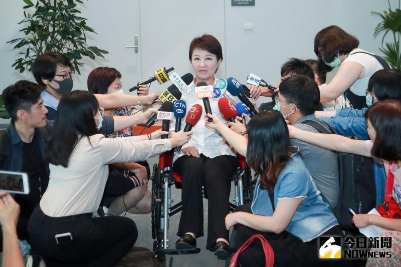 盧秀燕手術休養9天   今坐輪椅提前銷假上班