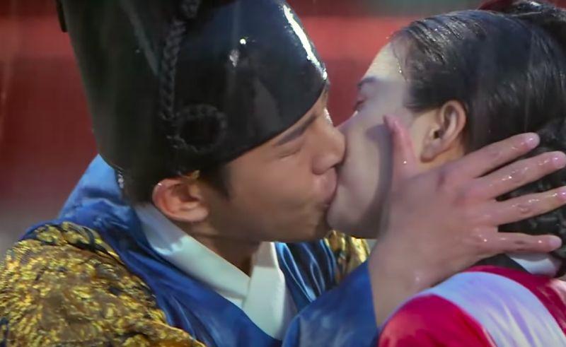 ▲劉亞仁(左)劇中激吻金泰希。(圖/翻攝SBS)