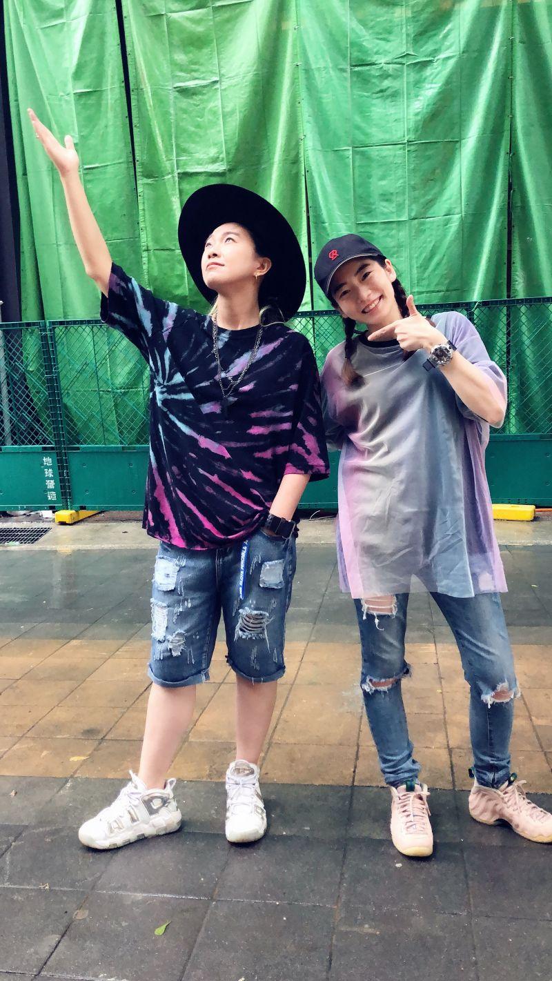 ▲張芸京(左)、羅小白在街頭表演。(圖/經紀人提供)