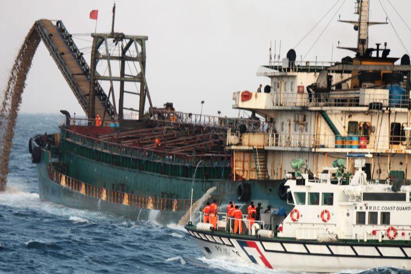擊沉當魚礁!行政院宣示打擊盜採砂石維護台灣淺礁漁權