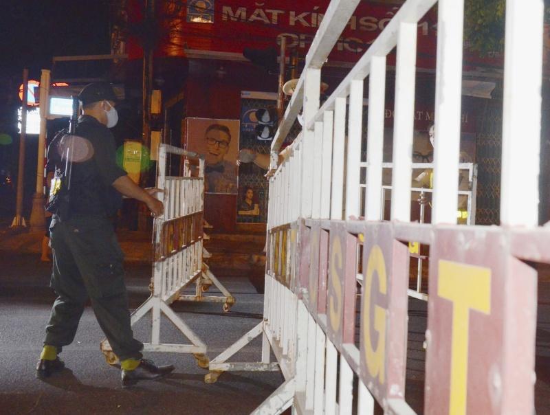 ▲越南新冠肺炎本土疫情再起,大多數集中於峴港。圖為 28 日峴港 1 名安全人員在設置路障。(圖/美聯社/達志影像)