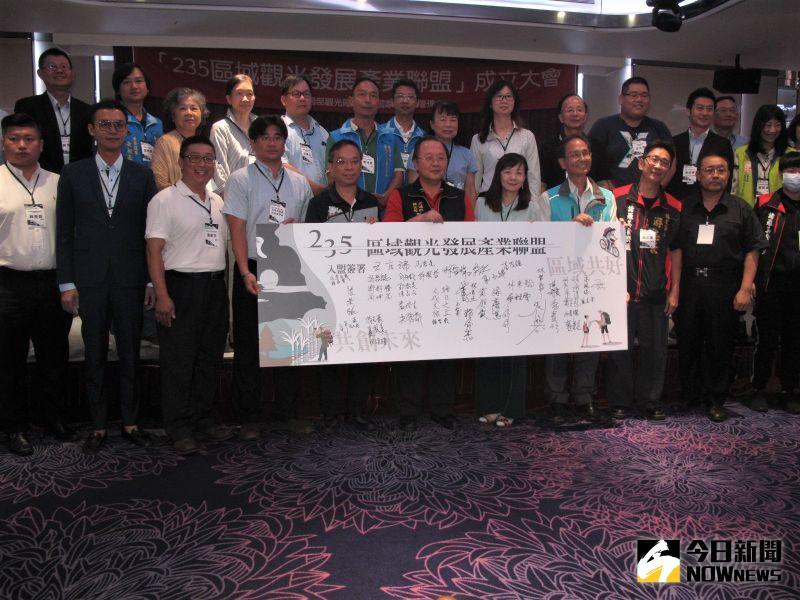 ▲嘉義縣市60多位聯盟成員共同簽署。(圖/記者郭政隆攝影2020.7.28)