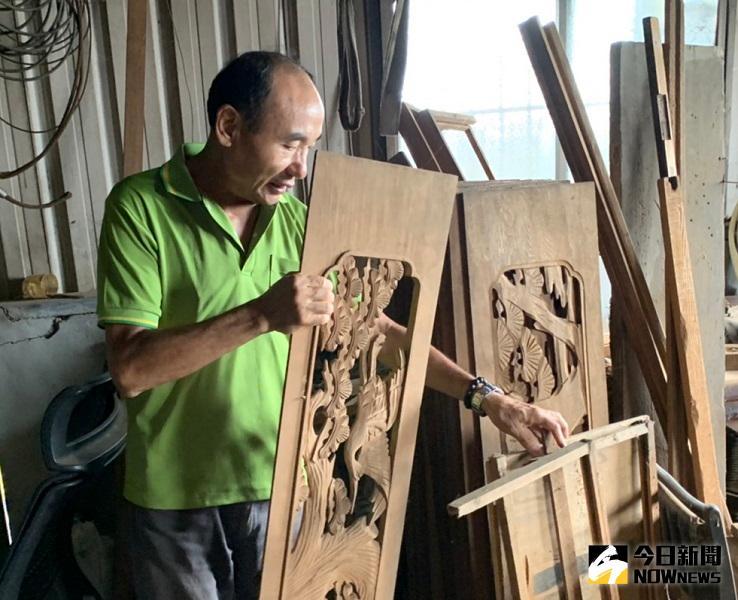 「不但要雕得漂亮還要快」,這是陳佐民大師對花板雕刻技術的自信。(圖/記者陳惲朋攝)