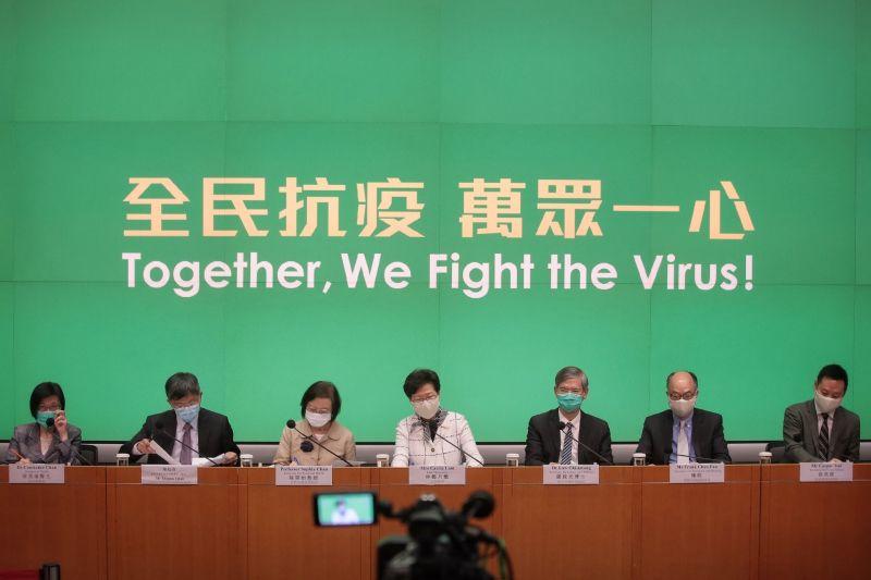 ▲香港近日再次爆發疫情,至7/28,已連續7日單日新例破百。圖為7/15港府記者會。(圖/翻攝自《香港 01 》)